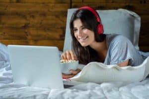 7 أدوات تجعل تجربة مشاهدة خدمات البث التلفزيوني أكثر متعة