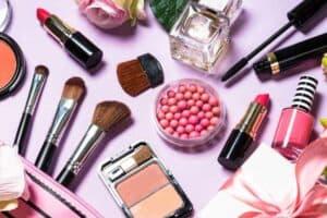 قد تحتوي مستحضرات التجميل على مواد كيميائية سامة «أبدية»