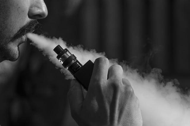 السجائر الإلكترونية تزيد من احتمالية الإصابة بكورونا