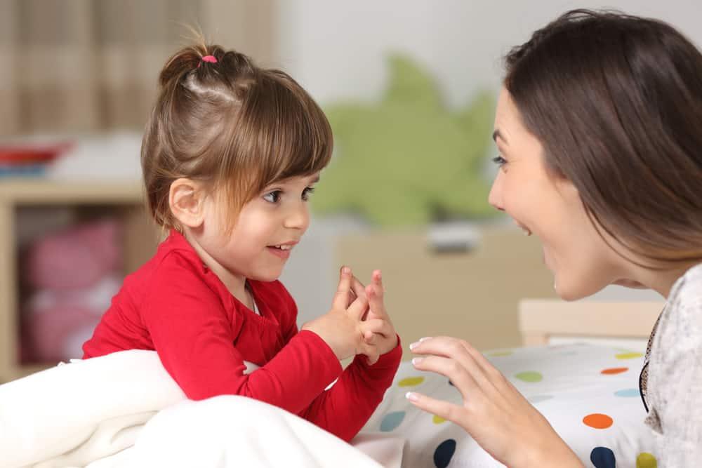 يتواصلون مبكراً ويتطورون تدريجياً: كيف أعلم طفلي الكلام؟