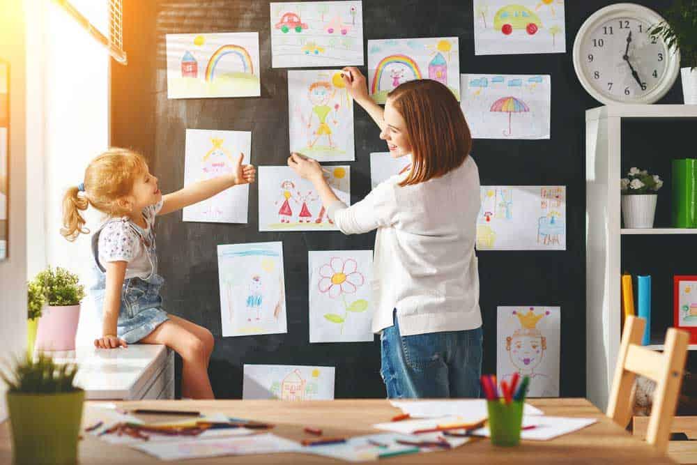 احتفظ برسومات أطفالك في المنزل دون أن تُحدث فوضى