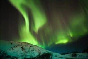 أضواء تتراقص في السماء ليلاً: كيف تحدث ظاهرة الشفق القطبي؟