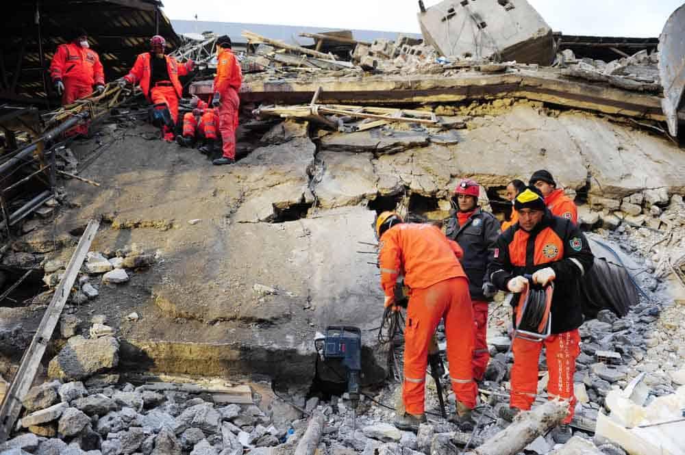 كيف تبحث فِرق الإنقاذ عن الناجين أسفل المباني المنهارة؟