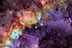 كيف تعكس المعادن والصخور ألوان قوس قزح وتلمع في الظلام؟