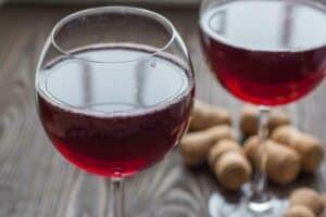 أعراض مرضية مختلفة قد تصيبك بعد تناول النبيذ الأحمر