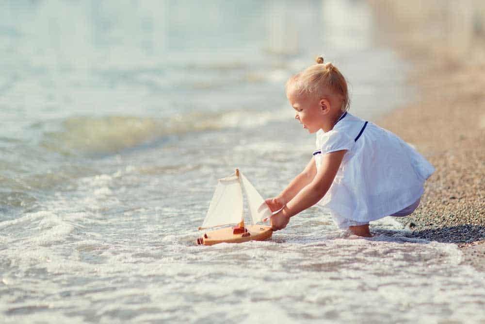 دليلك لتشجّع طفلك على تخطي خوفه من نزول البحر