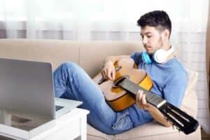 5 حيل تقنية لتعلّم العزف على آلة موسيقية