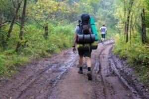 4 نصائح لتخفيف وزن الأمتعة خلال رحلات المشي الطويلة