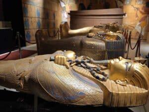 الآثار المصرية تكشف عن كنز جديد: توابيت عمرها 3 آلاف عام وألعاب وآبار