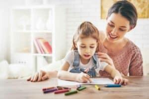 تفاؤلك بقدرات طفلك في الدراسة قد يحسّن أداءه الأكاديمي