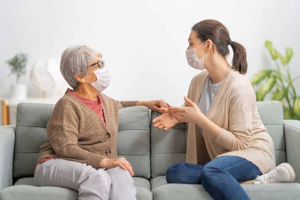 أفضل الطرق للتحدّث إلى شخص متردد بأخذ لقاح كوفيد-19