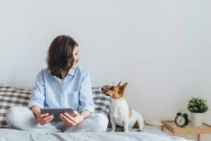 3 طرق تساعدك في التواصل وتحسين مزاجك مع حيوانك الأليف