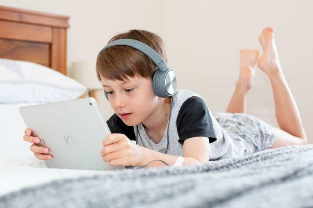 بعكس الاعتقاد الشائع: الشاشة لا تؤذي الأطفال حقاً.. وقد تحمل فوائد