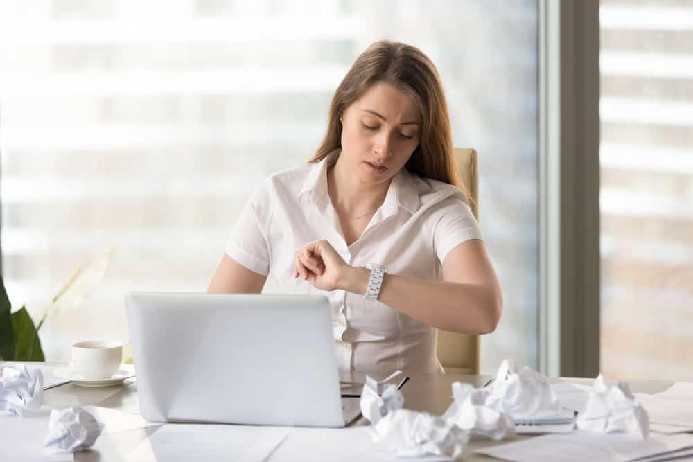 وسائل التواصل الاجتماعي والمماطلة: الدليل للتعامل مع مضيعات الوقت