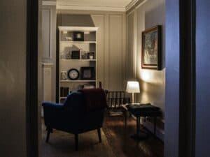 تعرّف على حيل الإضاءة التي تجعل الغرف الصغيرة تبدو أكبر